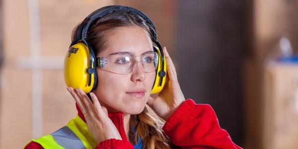 Okulary ochronne jako niezbędny element wyposażenia podczas prac tapicerskich