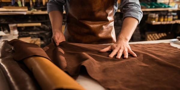 Różnice między skórą naturalną a ekoskórą - tapicer wyjaśnia