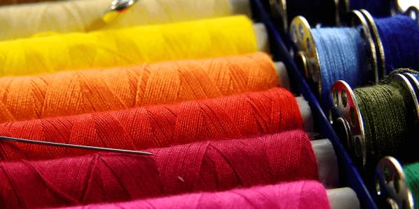 Najpopularniejsze rodzaje nici szwalniczych i przemysłowych